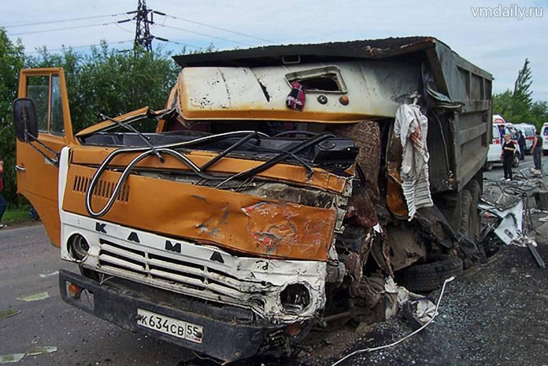 Омские милиционеры охраняют водителя К…