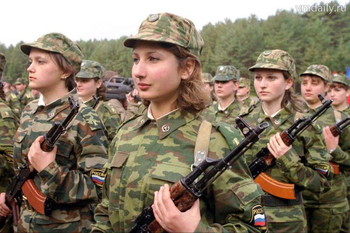 Количество женщин-военнослужащих в РФ за последние пять лет сократилось почти в три раза - с 30 тысяч до 11 тысяч человек.