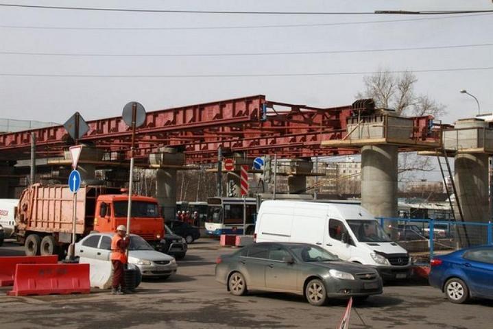...строительство эстакады транспортной развязки на пересечении Новоясеневского проспекта с Профсоюзной улицей.