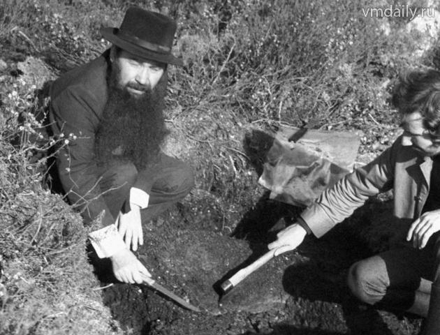 Советский ученый Алексей Золотов изучает образцы грунта на месте падения Тунгусского метеорита (1976 год)