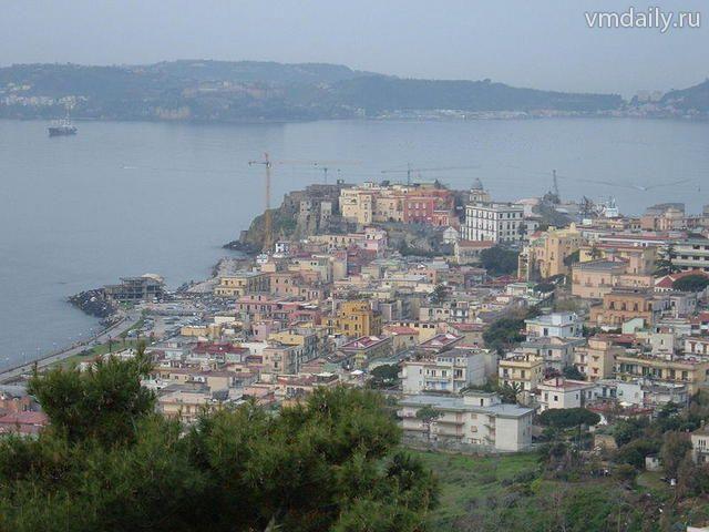 Поццуоли. На этой территории была основана римская колония под названием Путеоли (от латинского «путере» - вонять).