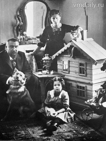 Куприн со второй женой Елизаветой Морицевной Гейнрих (незаконной дочкой писателя Мамина-Сибиряка) и их дочерью Ксенией.