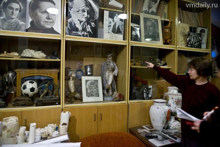 Нина Стариченко демонстрирует экспонаты музея.