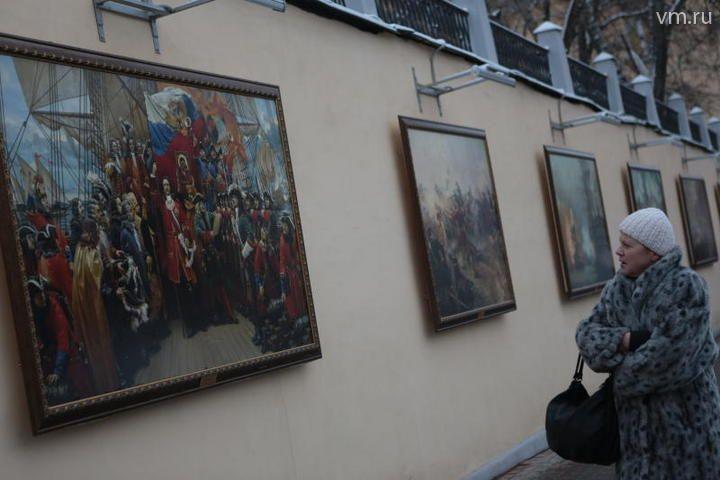 Экспозиция картин военных художников и фотографов.