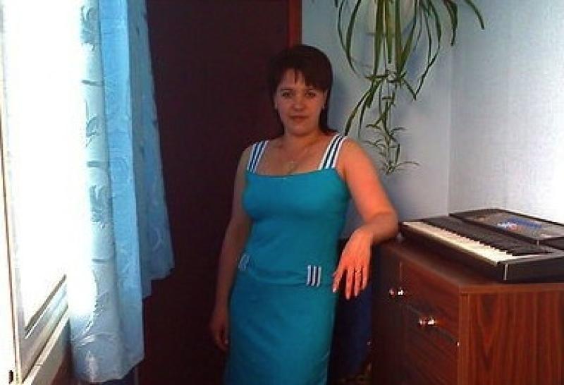 ebet-moloduyu-v-belih-chulkah