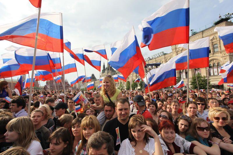 Зрители на праздничном концерте в честь Дня России на Красной Площади.