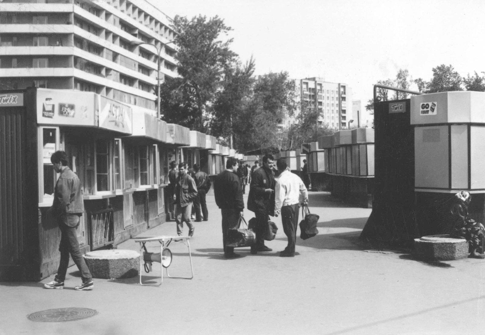 Коммерческие киоски на площади у Киевского вокзала. Автор В. Мариньо. 15 мая 1994 года. Главархив Москвы / Free / Официальный сайт мэра и правительства Москвы