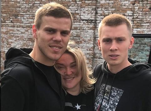 На фото: Александр Кокорин (слева), Светлана Кокорина (в центре), Кирилл Кокорин (справа) / Фотография из Instagram (https://www.instagram.com/svetcox/)