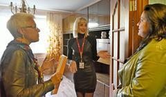 Столичные риелторы (слева направо) Марина Михайлова и Валерия Галова показывают малогабаритную квартиру москвичке Ирине Ремизовой. Горожане покупают микроквартиры как для жизни, так и в качестве инвестиций: подобного рода жилье проще всего сдать в аренду из-за невысокой стоимости