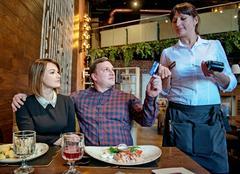 Антон и Анна Гришины в ресторане «Лен». Официантка Людмила Баталова принимает оплату. В столице, по данным Мосгорстата, ежегодно растут расходы горожан на питание вне дома. Это показатель того, что горожане не особо экономят и смотрят в будущее с оптимизмом. Во всяком случае те, кто имеет возможность регулярно посещать рестораны