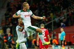 Полузащитник «Локомотива» Дмитрий Баринов празднует гол в ворота «Байера»