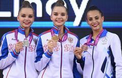 Дина Аверина (на фото в середине) завоевала золотую медаль, ее сестра Арина (на фото слева) стала второй. Бронзовая награда у Лины Ашрам (на фото справа)