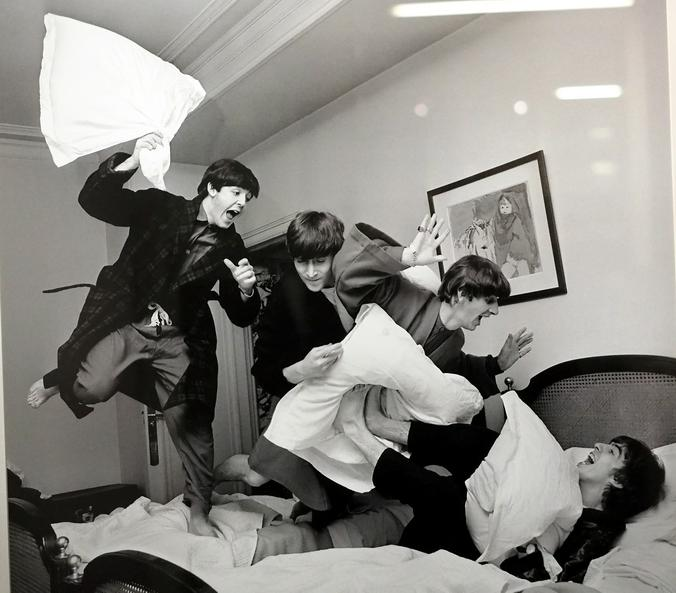 «Битва подушками», 3 часа ночи, отель George V, Париж, 1964 / Гарри Бенсон/Центр фотографии им. братьев Люмьер