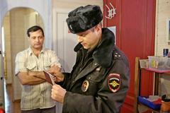 Участковый Евгений Орлов проводит проверку документов