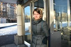 Москвичка Екатерина Новикова выходит из вестибюля станции