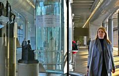 Москвичка Мария Сухова на выставке миниатюр памятников российской военной истории на станции «Воробьевы горы»