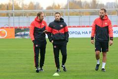 Тренерский штаб «Спартака» Андреас Хинкель, Доменико Тедеско и Макс Урванчки (слева направо) во время тренировки