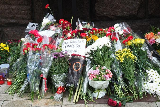 """Цветы в память о Марке Захарове у стен театра """"Ленком"""""""