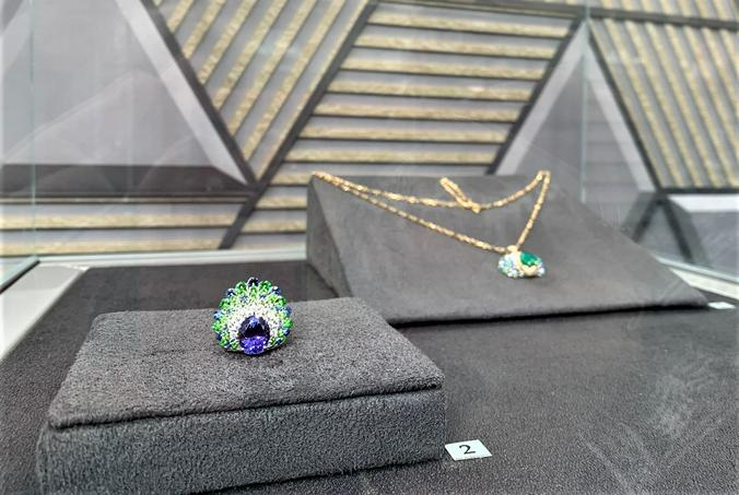 Кулон и кольцо под названием «Павлин» ювелирного дома MOISEIKIN / Наталия Белова, «Вечерняя Москва»