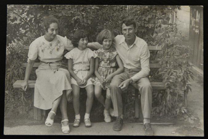 Сергей и Ирина Ананьевы с дочками Сашей и Таней. Конец 1970-х годов  / семейный архив