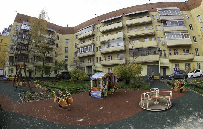 Детская площадка на месте дворового футбольного поля / Борис Бухтияров