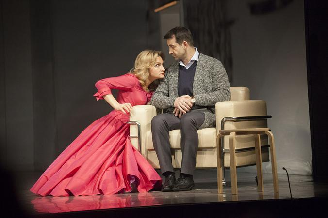 Дмитрий Певцов и Анна Якунина в комедии «Tout payé, или Все оплачено» / Официальный сайт театра «Ленком» (lenkom.ru)