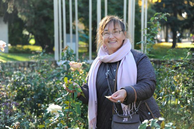 Главный ландшафтный архитектор парка Горького Лидия Леонтьева показывает свои любимые розы в Розарии / Светлана Колоскова, «Вечерняя Москва»