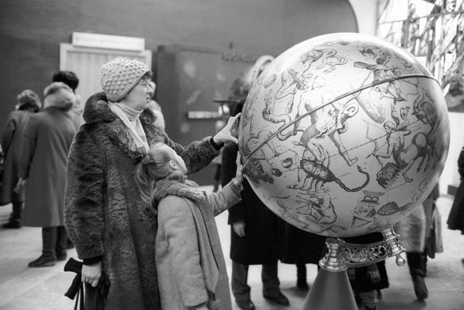 БЫЛО. Этот экспонат с картой звездного неба XVII века всегда вызывал интерес у посетителей планетария, о чем говорит снимок, сделанный в 1989 году / Сергей Величкин / ТАСС