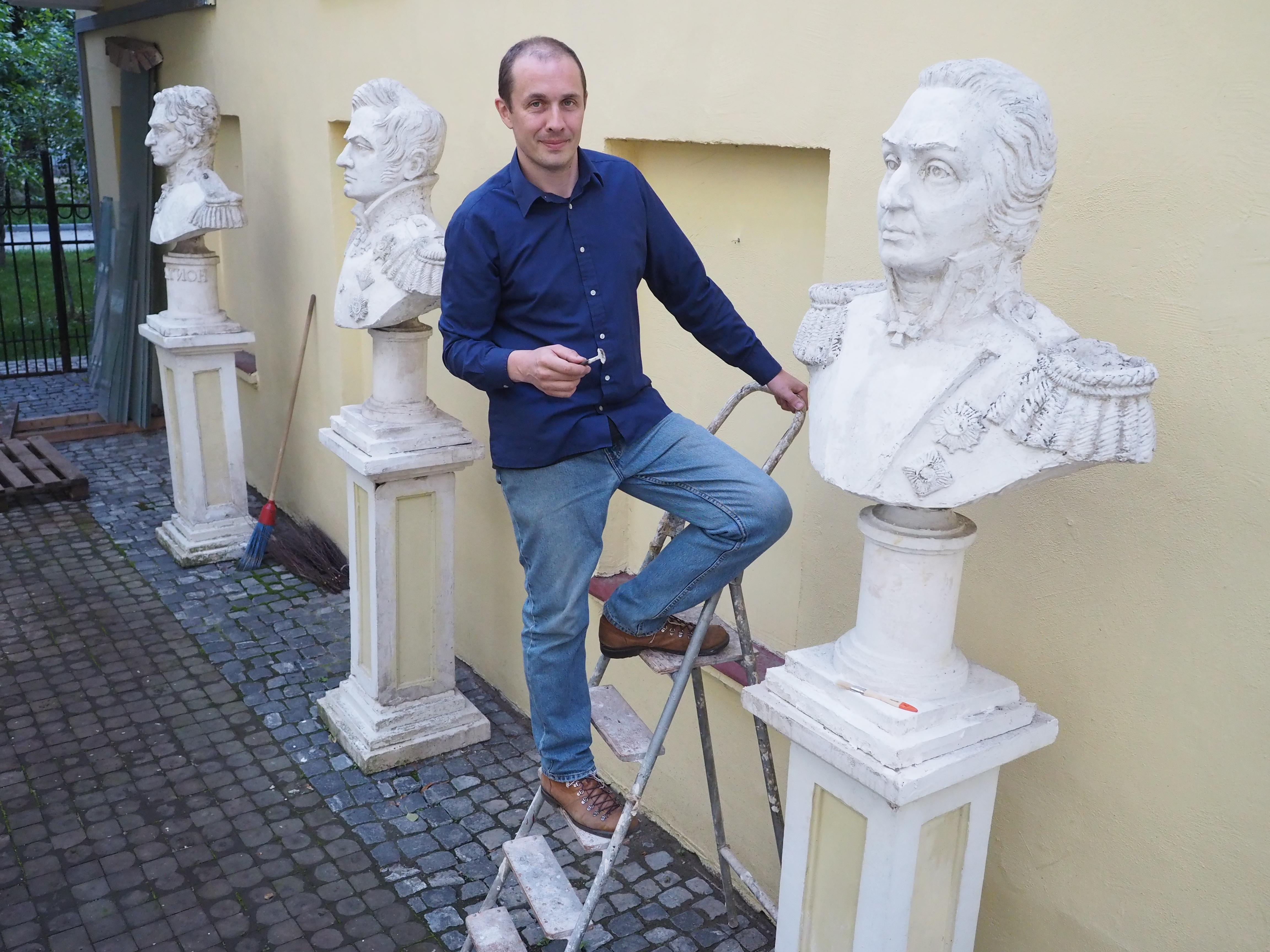 Скульптор Денис Петров со своими скульптурами / Сергей Шахиджанян, «Вечерняя Москва»