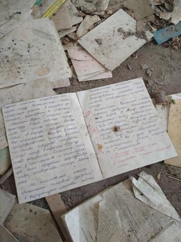 """На полу в заброшенной школе остались лежать тетрадки и принадлежности учеников из 1986 года / Алена Прокина, """"Вечерняя Москва"""""""