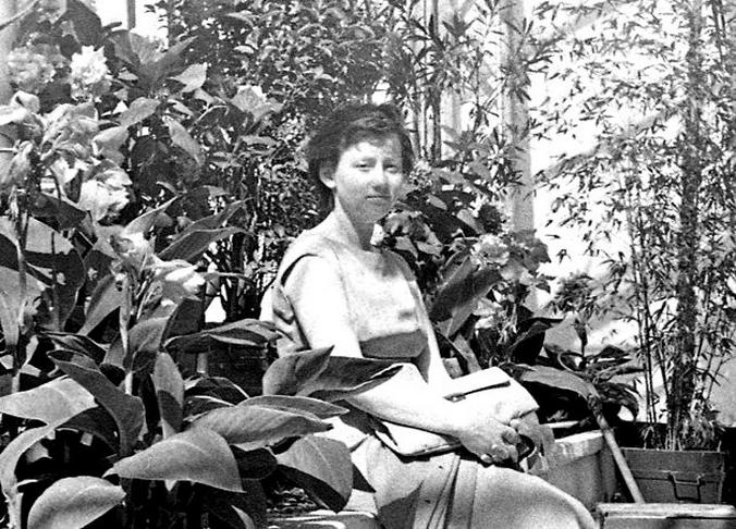 Было. 1966–1970 годы. Посетительница оранжереи отдыхает в тени тропической листвы / pastvu.com