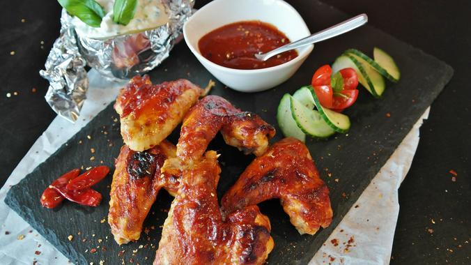 Если куриные крылья не пережаривать и не сильно солить, то они будут менее вредными / pixabay.com