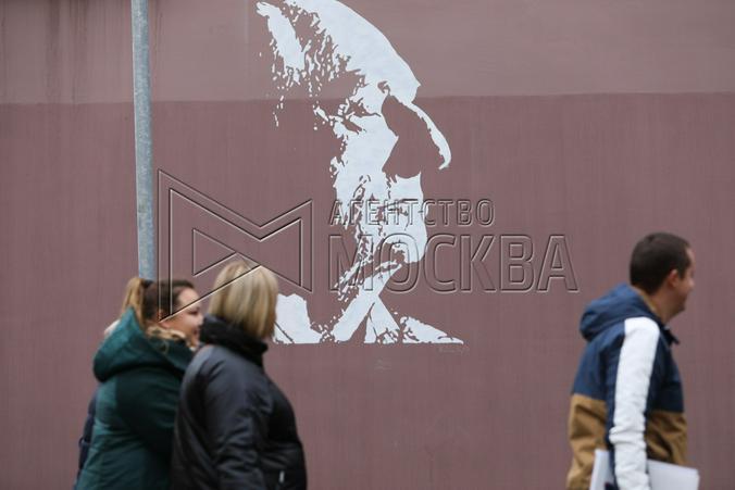 Например, история с портретом Марка Захарова, нанесенным на стену дома рядом с «Ленкомом» в день похорон знаменитого режиссера / Андрей Никеричев / АГН «Москва»