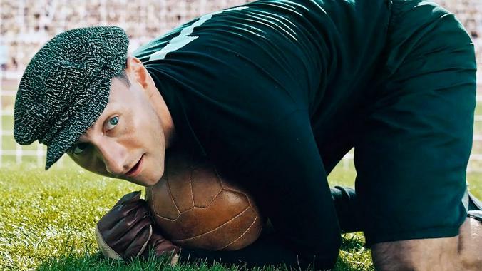 Актер Александр Фокин в роли легендарного вратаря Льва Яшина в картине «Лев Яшин. Вратарь моей мечты» / кадр из фильма «Лев Яшин. Вратарь моей мечты»