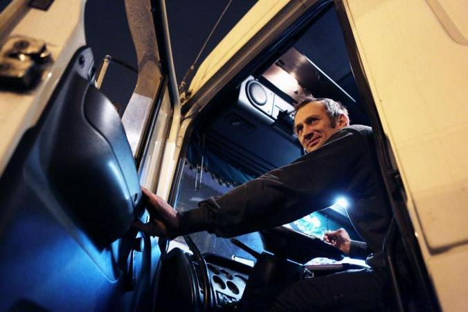 """Довольно хорошие суммы предлагают водителям грузовых авто, которые способны выносить высокие физические нагрузки / Анна Иванцова, """"Вечерняя Москва"""""""