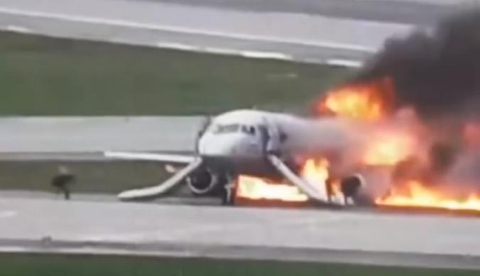 """Самолет """"Аэрофлота"""" загорелся после аварийной посадки в Шереметьеве 5 мая 2019 года / скриншот видео на Youtube-канале ВМЕСТЕ-РФ"""
