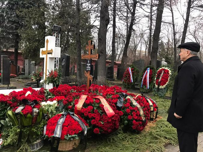 Возложение цветов на могилу Юрия Лужкова / Елена Белявская специально для «Вечерней Москвы»