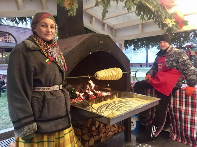 Берегиня из Литвы Агния Лащунене рассказала, как готовить традиционное свадебное угощение шакотис / Рафаэль Залян, «Вечерняя Москва»