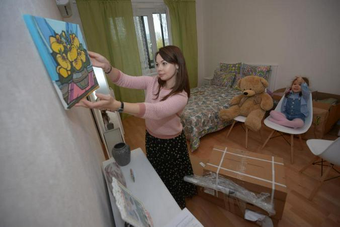 Ольга (мама) и Таисия Семеновы разбирают вещи в своей новой квартире по программе реновации, в которой они докупили детскую комнату / Наталья Феоктистова, «Вечерняя Москва»