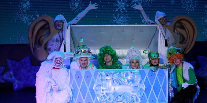 Финалом шоу станет настоящая новогодняя дискотека с участием всех сказочных героев! / Фото с официального сайта шоу sundukdedamoroza.ru