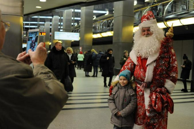 Михаил Горохов признался, что всем понравилась его внешность, поэтому он и стал Дедом Морозом московского метро / Светлана Колоскова, «Вечерняя Москва»