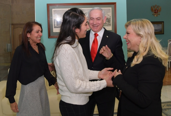Премьер-министр Израиля Биньямин Нетаньяху и его супруга Сара (справа) во время встречи с помилованной израильтянкой Наамой Иссахар и ее матерью Яффой (слева) в московском аэропорту Внуково-2 / Koby Gideon, РИА Новости