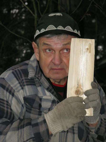 Анатолий Сидоров провел свой отпуск на даче и еловые дрова для печи заготовил / Валентина Евланова для «Вечерней Москвы»
