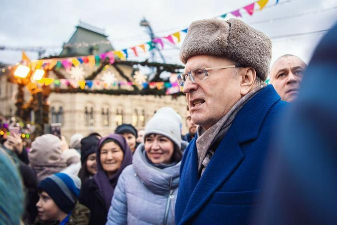 Владимир Жириновский раздает тысячные купюры на Красной площади / @zhirinovskiy / Официальный аккаунт Владимира Жириновского в Instagram