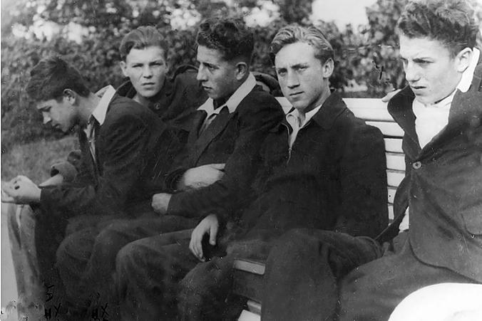 Владимир Высоцкий (второй спарва) в юности,1955 год / Роман Денисов