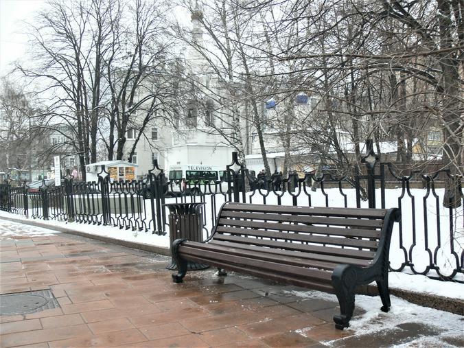 На этой скамейке, отслужив литургию и причастившись, умер отец Всеволод / Олег Сыров, «Вечерняя Москва»