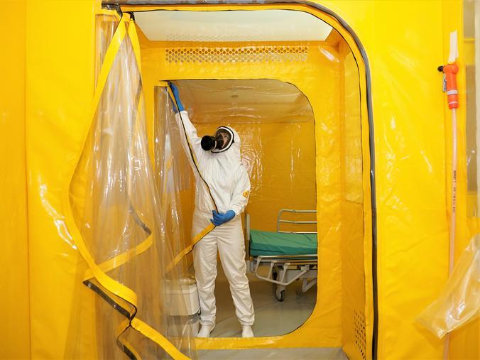 В мировых СМИ активно обсуждается версия о том, что коронавирус не что иное, как биологическое оружие  / Антон Гердо, «Вечерняя Москва»