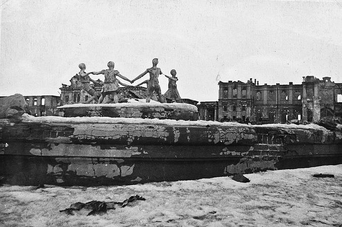 Фонтан «Детский хоровод» на вокзальной площади после окончания Сталинградской битвы, 1943 год / Wikipedia / Общественное достояние