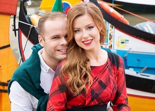 По словам Юлии Савчиевой, ее муж — музыкант, поэтому разделять работу и дом бывает сложно / www.instagram.com /yuliasavicheva/ Официальный аккаунт Юлии Савичевой в Instagram