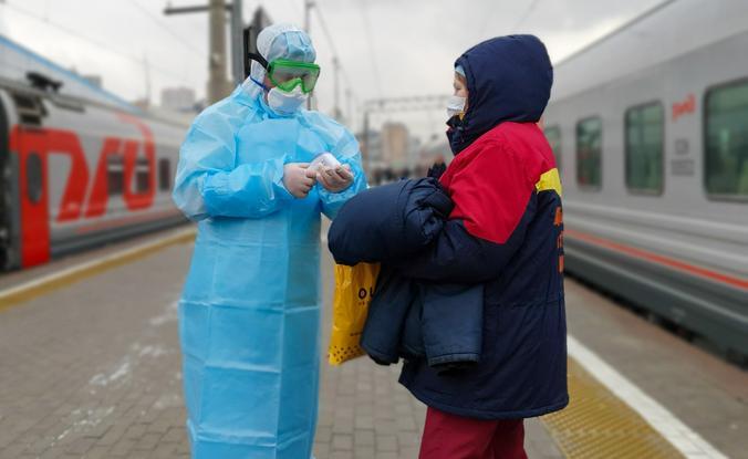 Все пассажиры, прибывающие из Китая, проходят медицинский осмотр / Денис Воронин / Агентство городских новостей «Москва»